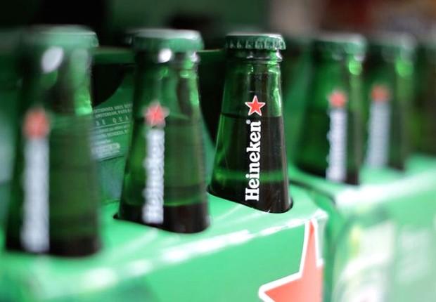 Embalagens de cerveja Heineken à venda em supermercado da rede Casino na França (Foto: Eric Gaillard/Reuters)