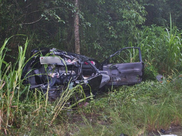 Carro saiu da pista após colisão (Foto: Cleber Montier/Divulgação Rádio Estação FM)