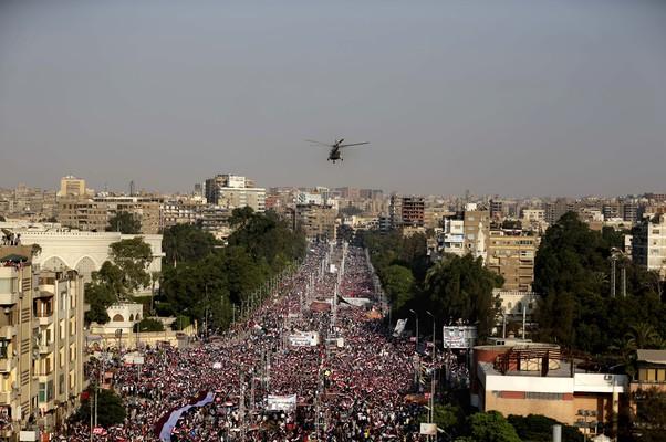 Manifestantes protestam em frente ao prédio presidencial no Cairo, Egito (Foto: Hassan Ammar/AP)