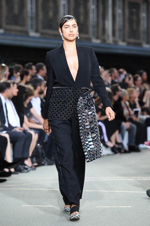 Irina Shayk no desfile da Givenchy, em Paris, na França (Foto: Getty Images)