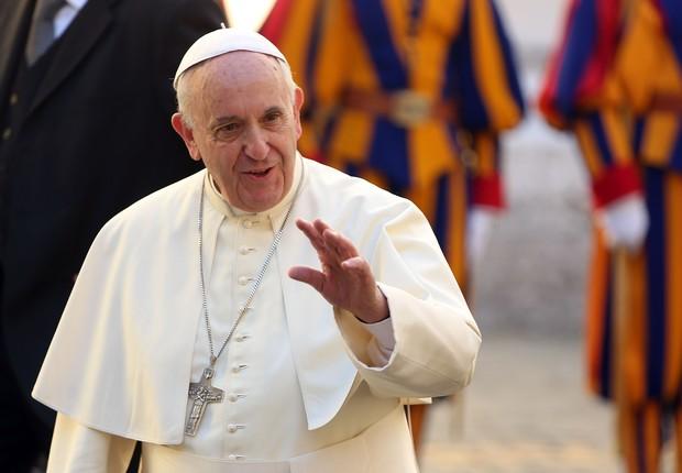 O papa Francisco chega para uma audiência privada com o presidente cubano Raúl Castro no Vaticano (Foto: Franco Origlia/Getty Images)