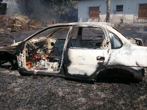Veículo queima durante incêndio em terreno de Itapetininga (Foto: Anderson Peres/TV TEM)