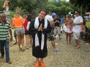 """Padre """"abençoa"""" foliões e diz que suar faz parte de sua missão (Foto: Alba Valéria Mendonça/ G1)"""