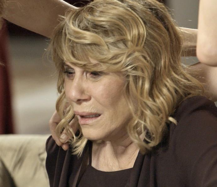 Nora fica desesperada ao receber pedido de resgate de Cesário (Foto: TV Globo)