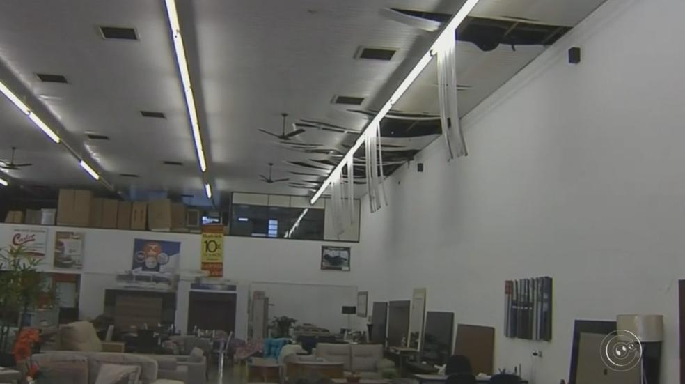 Calor derreteu forro de loja vizinha ao incêndio em Marília (Foto: Reprodução/TV TEM)