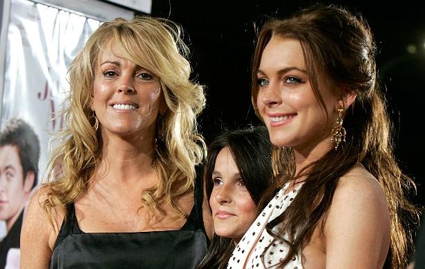 """Nos idos de 2009, Dina Lohan, mãe da atriz Lindsay Lohan, exigiu a entrada dela, da filha e do filho, Ali, numa balada """"hype"""" de Los Angeles. O problema: Ali tinha 15 anos à época, e para entrar no local é preciso ter pelo menos 21. Foi quando Dina disse """"Você sabe quem eu sou?"""", e Lindsay, quando viu que isso não adiantou, se queixou: """"Você está cometendo um grande erro. Grande"""". (Foto: Getty Images)"""