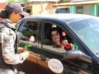 PMs ganham homenagem e entregam rosas vermelhas em ruas de Guajará