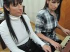 Gêmeas enfrentam cegueira com devoção à música