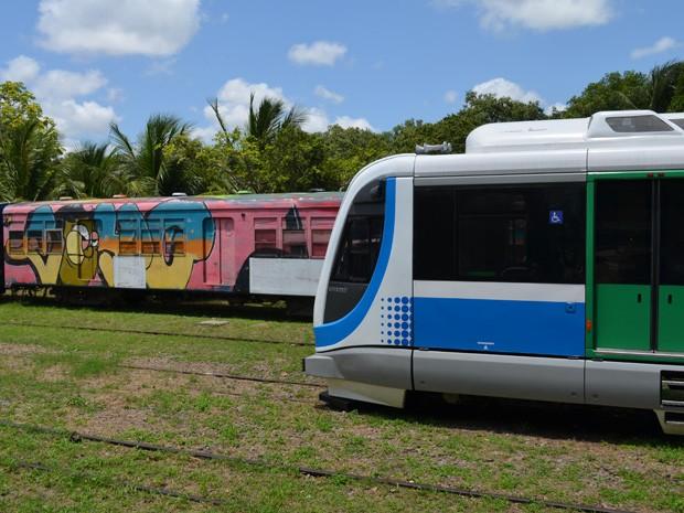 Novo equipamento contrasta com trem que ainda é usado na Grande João Pessoa (Foto: Daniel Peixoto/G1)