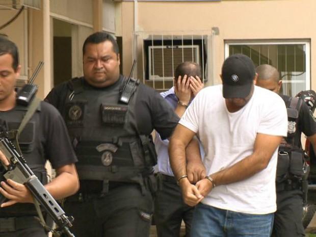 Empresário suspeito de chefiar quadrilha, preso em casa, em Vila Velha (Foto: Reprodução/TV Gazeta)