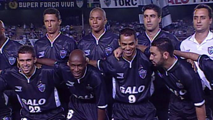 Foto da camisa toda preta do Atlético-MG, na Libertadores de 2000 (Foto: Reprodução / TV Globo)