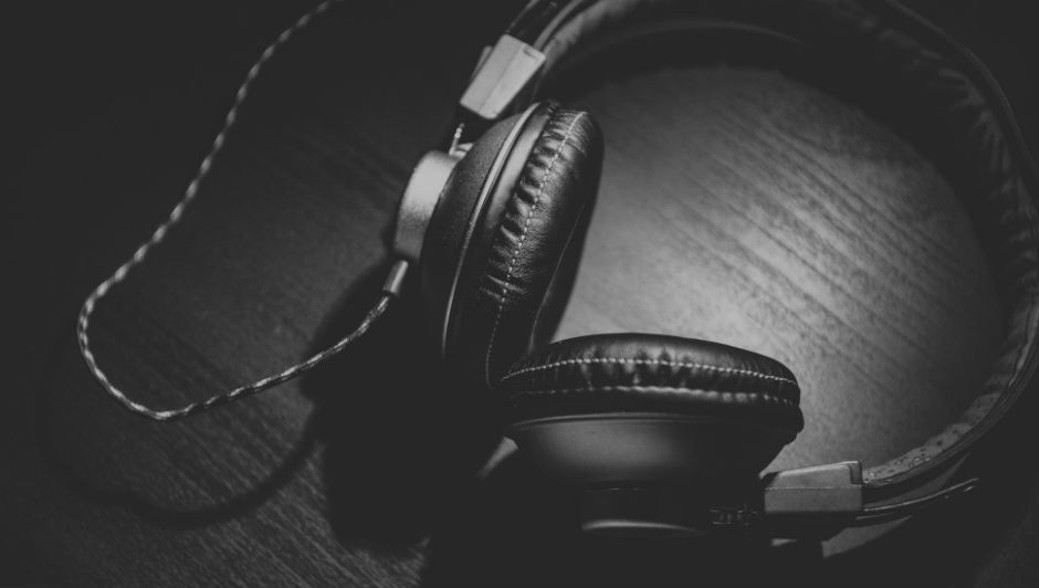 A música ainda pode ajudar na socialização do paciente (Foto: Pexels)