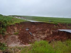 Cratera levou dois veiculos em vicinal de Borá (Foto: Divulgação/Manoel Moreno/I7 Notícias)