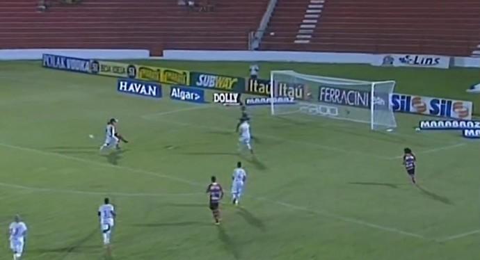 Diego, do Linense, fura bola de maneira bizzarra (Foto: Reprodução / Premiere FC)