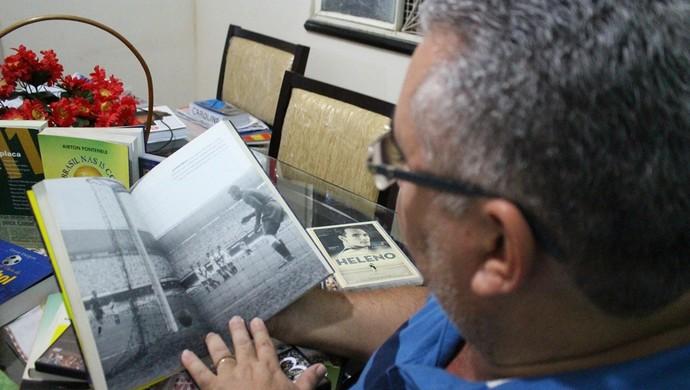 Humberto folea livro com o gol sofrido por Barbosa (Foto: Renato Pereira)