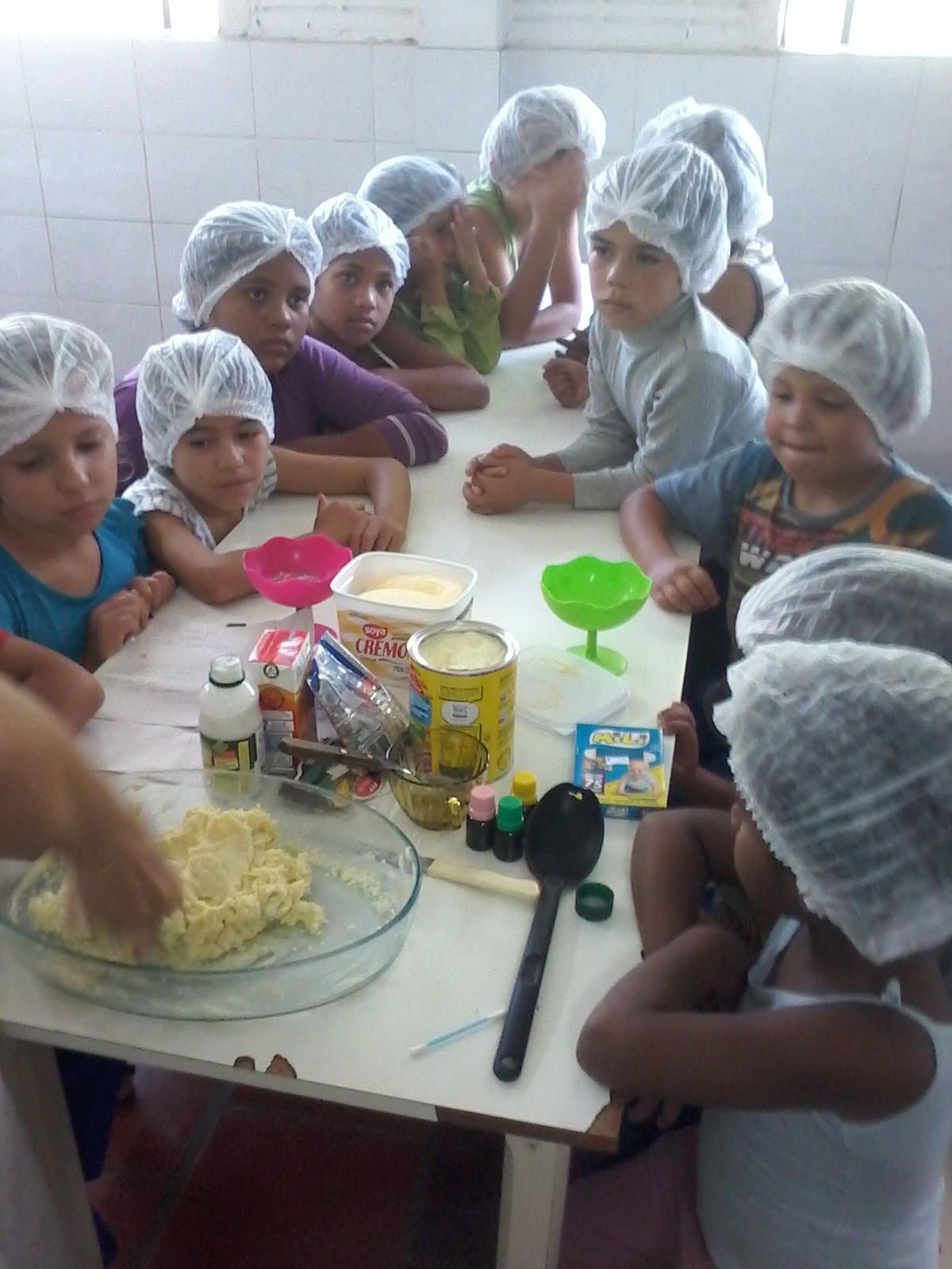 As crianças aprendem se divertindo na oficina de culinária sustentável  (Foto: Divulgação)