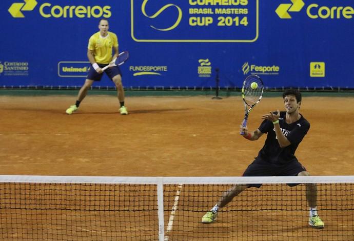 Bruno Soares e Marcelo Melo desafio olímpico (Foto: Cristiano Andujar/Divulgação)