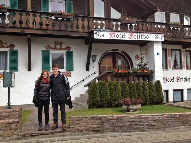 Diga xis! Alice e Marcos em hotel com arquitetura típica alemã (Foto: Arquivo Pessoal)