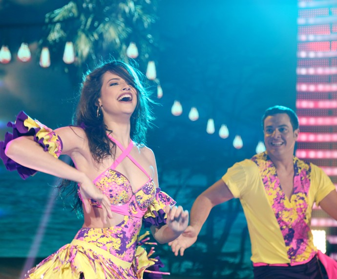Agatha dança lambada no palco do 'Domingão' (Foto: Carol Caminha/Gshow)