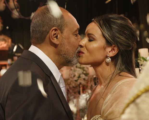 William Garcez e Silvana se beijam no altar (Foto: Freitas)