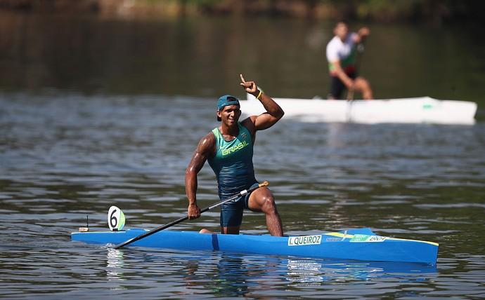 Isaquias Queiroz comemora vitória na semifinal da canoagem de velocidade (K1 200m) (Foto: Getty Images)