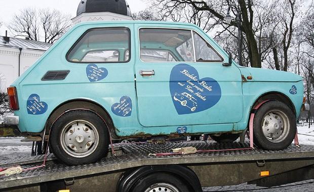Fiat 126p foi decorado com adesivos que declaram amor dos moradores de Bielsko-Biata ao ator (Foto: Michal Kosc/AP)