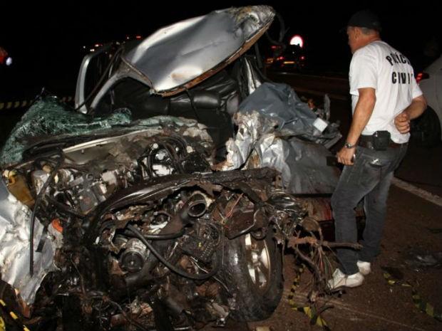 Jovem, que dirigia a caminhonete, morreu no local (Foto: Divulgação/ PRF)