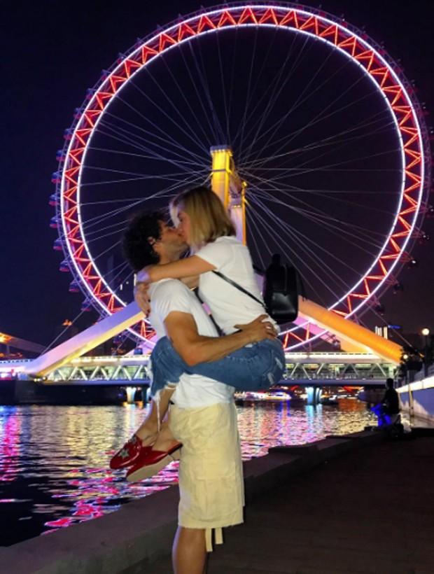 Junho de 2017: Casal troca beijos apaixonados em Tianjin, na China (Foto: Reprodução/Instagram)
