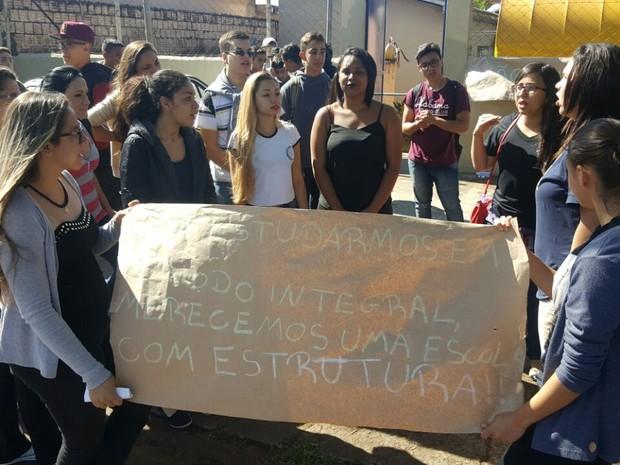 Estudantes protestaram com cartazes em Ourinhos (Foto: Romeu Neto/TV TEM)