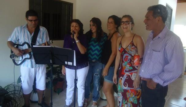 Ao lado da família, aos 27 anos, na comemoração da Páscoa. A Vovó Maria também canta! (Foto: Arquivo pessoal)