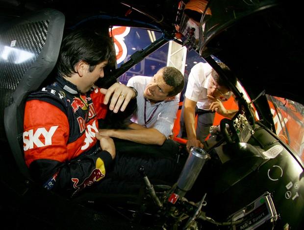 Dentro do carro da RBR Mattheis, Cacá Bueno conversa com o projetista do novo banco da Stock Car (Foto: Bruno terena / divulgação)