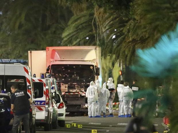 Policiais franceses e oficiais forenses ao lado do caminhão que atingiu multidão em feriado nacional (Foto: REUTERS/Eric Gaillard)