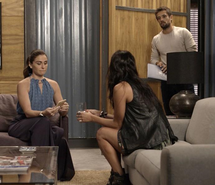 César chega e interrompe a conversa de Alice e Carol (Foto: TV Globo)