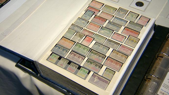 Este é um livro com centenas de selos (Foto: Divulgação / TV Gazeta ES)