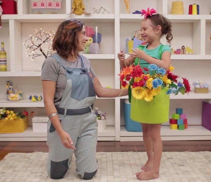 Kika Motta ensina a fazer fantasia de vaso de flor!  (Foto: sériesoriginais)