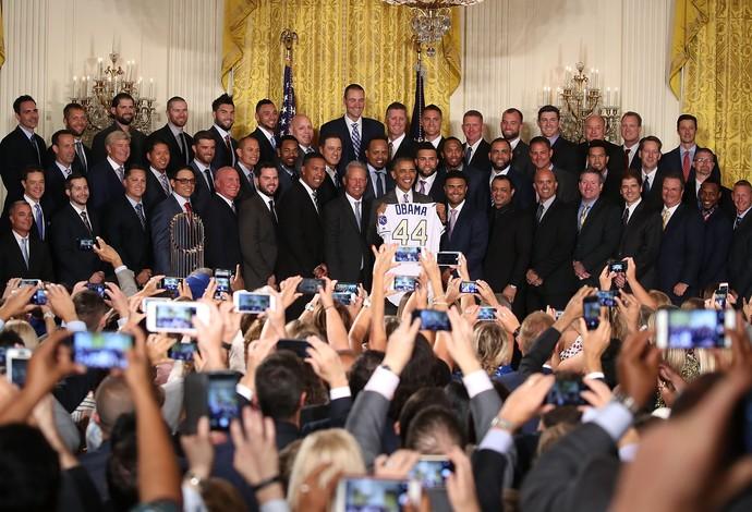Obama com a camisa 44 que recebeu de presente dos Royals (Foto: Getty Images)