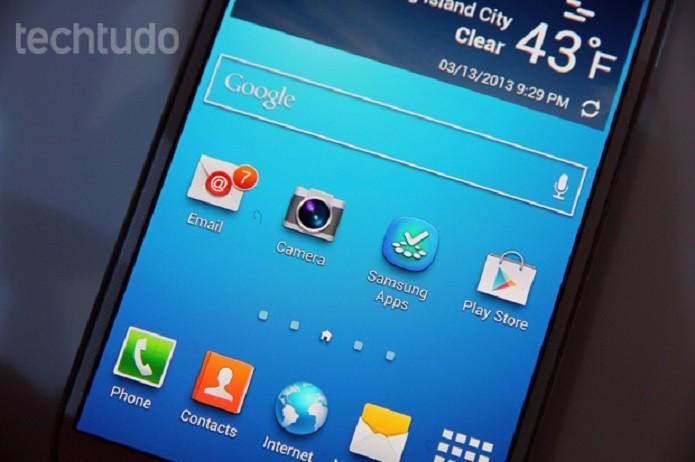 Galaxy S4 tem tela Full HD, mas configurações defasadas (Foto: Allan Melo/TechTudo)