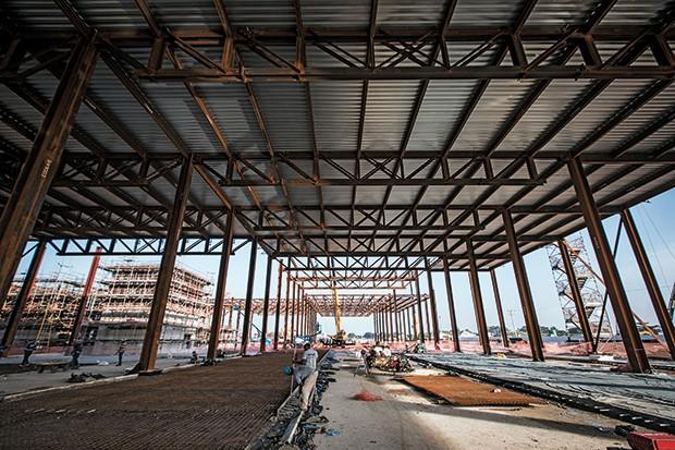 PRIMEIROS SINAIS O Centro Internacional de Transmissão, no Parque Olímpico. Só de aço, 5.600 toneladas já usadas (Foto: Stefano Martini/ÉPOCA)