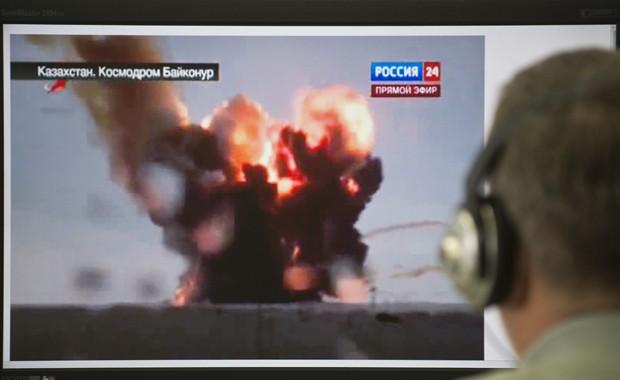 Técnico observa explosão de foguete russo (Foto: STR/AFP)