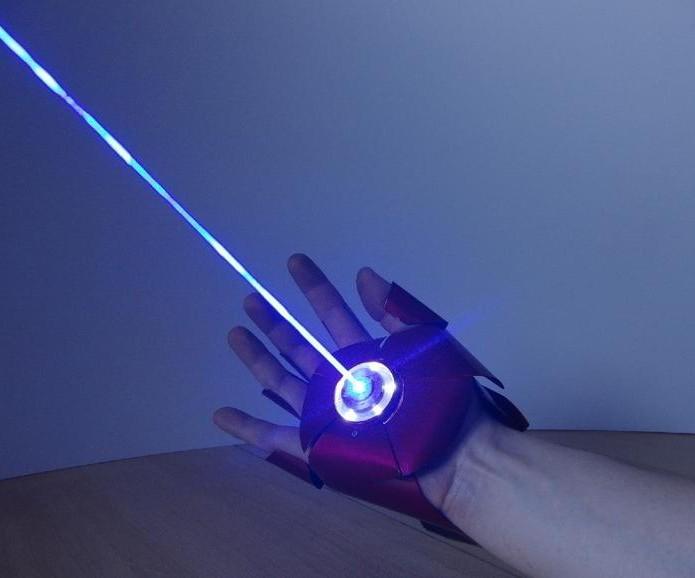 Luva possui lasers potentes o suficiente para deixar marcas em objetos (Foto: Reprodução/YouTube)