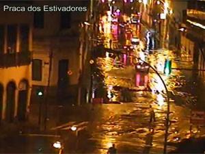 Praça dos Estivadores, na Zona Portuária, apresentava bolsões d'água (Foto: Reprodução / Centro de Operações)