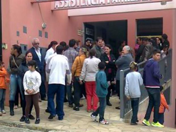 Corpo do garoto de 11 anos é velado em Borda da Mata (MG).  (Foto: Isabel Braga/EPTV )