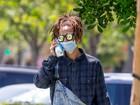 Jaden Smith usa máscara cirúrgica para sair para almoçar