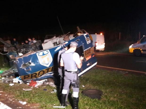 Carro-forte ficou completamente destruído após ação de criminosos em Barrinha (Foto: Ariane Lima / EPTV)
