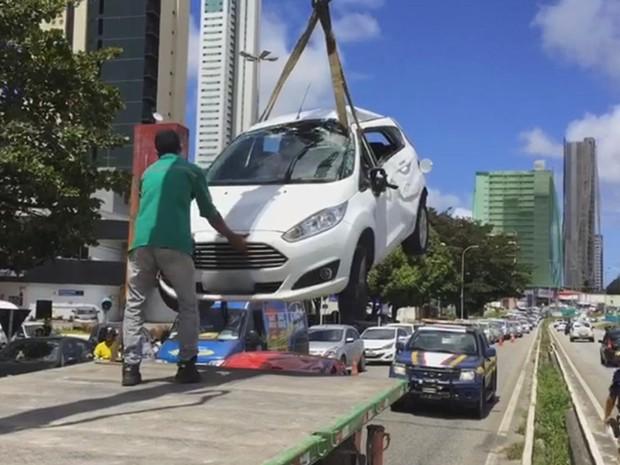 Trânsito ficou lento das 9h até as 12h, quando os carros foram retirados da via (Foto: Walter Paparazzo/G1)