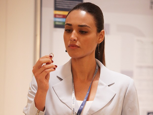 Sueli pega o anel para ela (Foto: Pedro Curi/Gshow)