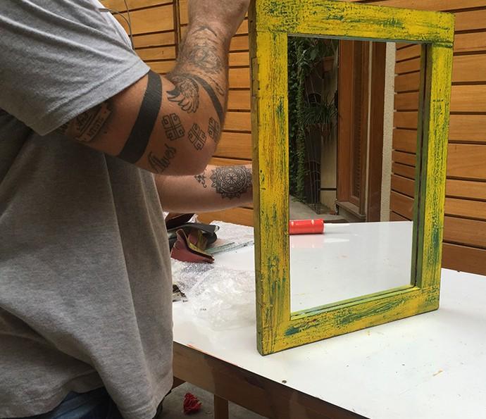 Espere a cola secar por 4 horas e pronto: agora é só pensar onde pendurar seu espelho (Foto: Gabi Freitas / Gshow)