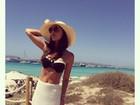 Mariana Rios posa de biquíni e óculos escuros em dia de sol na Espanha