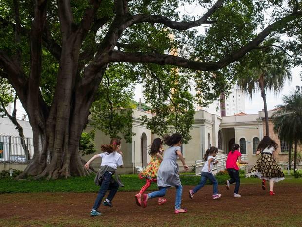 Crianças refugiadas correm no jardim do Museu da Imigração, no Brás, no Centro de São Paulo (Foto: Victor Moriyama/ G1 )