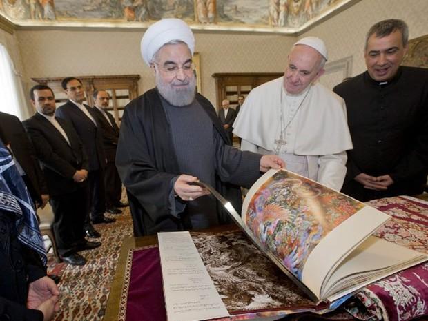 Papa Francisco e o presidente iraniano, Hassan Rouhani, trocaram presentes em encontro no Vaticano, nesta terça-feira (26). (Foto: Andrew Medichini / AFP)